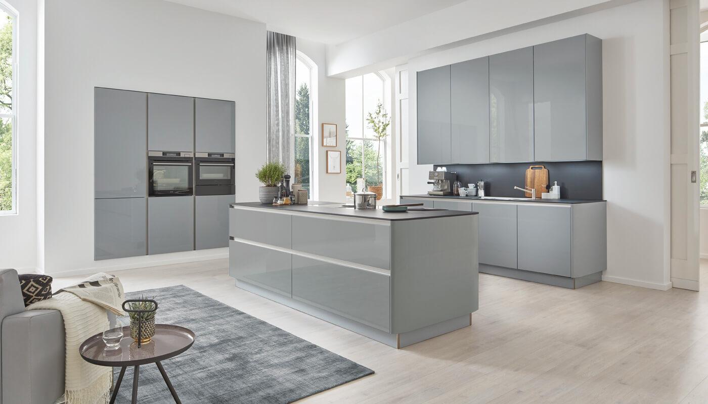 Hedendaagse keuken met grijze lakaccenten