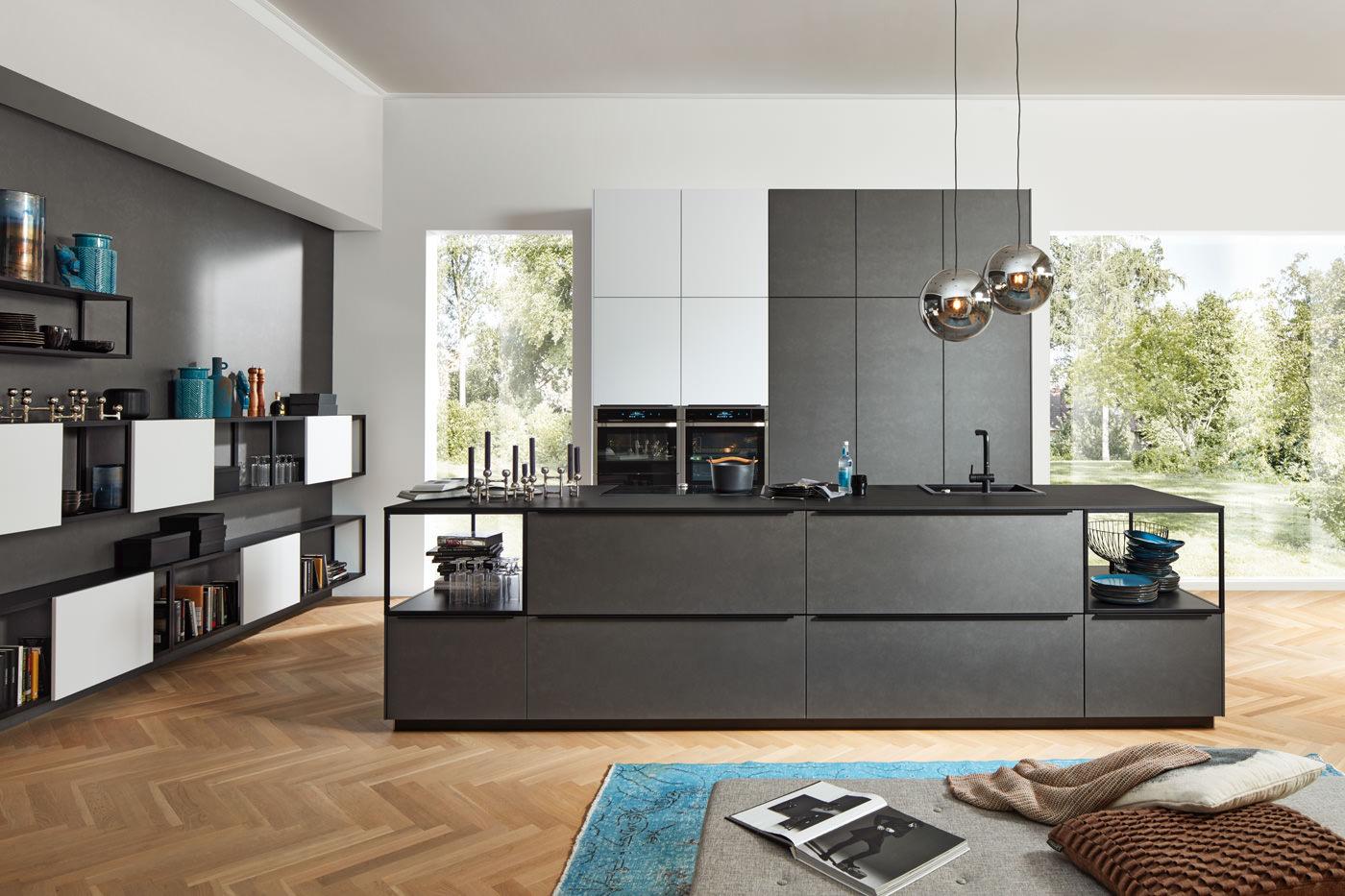 Moderne keuken met donkere elementen